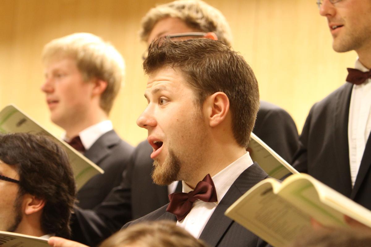 Männerchor und Symphonieorchester